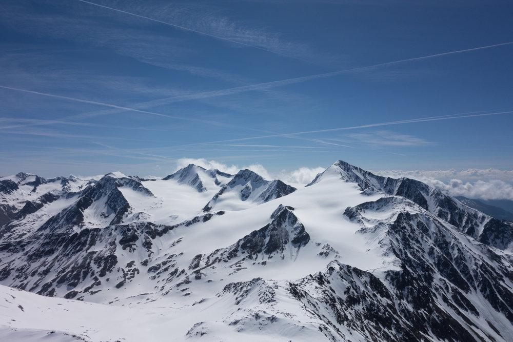 Blick in Richtung Similaun und Hintere Schwärze (links mit der markanten Schneerampe) - © Erika Spengler