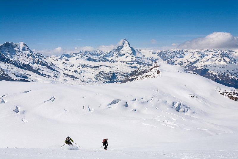 Abfahrt von der Cima di Jazzi, im Hintergrund das Matterhorn - © Iris Kuerschner, www.powerpress.ch