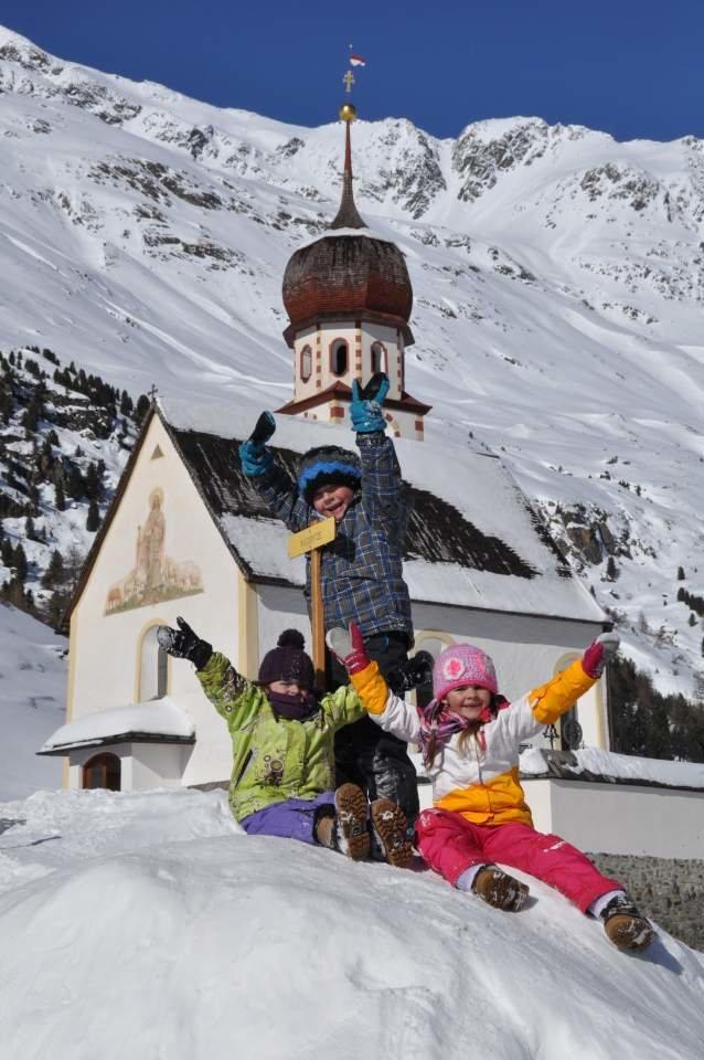 Kinder spielen vor einer Kirche - © Alfons Bauer, Ötztal Tourismus