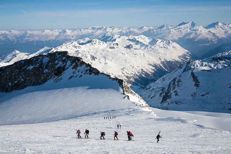 Aufstieg von der Cabane de Tracuit über den Turtmanngletscher zum Bishorn, Blick über das Turtmanntal zu den Berner Alpen - © Iris Kuerschner, www.powerpress.ch