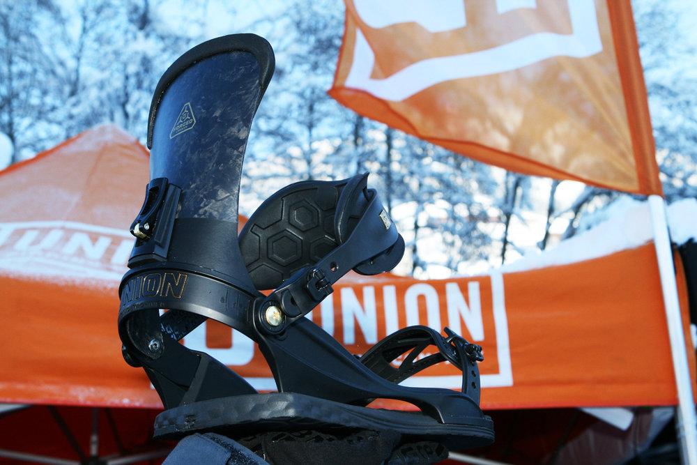 """Das Highback der """"Ultra"""" Snowboard Bindung aus Forged-Carbon ist für direkte Kraftübertragung gefertigt. Das tiefengezogene Karbon ist leichter und stabiler als herkömmlich gewebte Karbonmatten - © Stefan Drexl"""