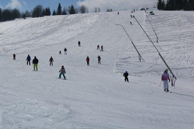 Individuálne aj skupinové lekcie lyžovania dávajú v Oravskej Lesnej skúsení lyžiarski inštruktori dospelým aj deťom už od 3 rokov. - © Ski Orava Snow