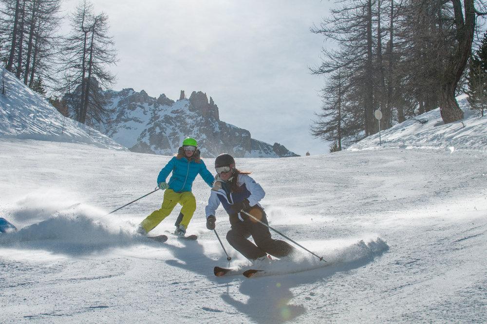 Ski entre filles sur les pentes enneigées de Ceillac - © M. Molle / OT du Queyras