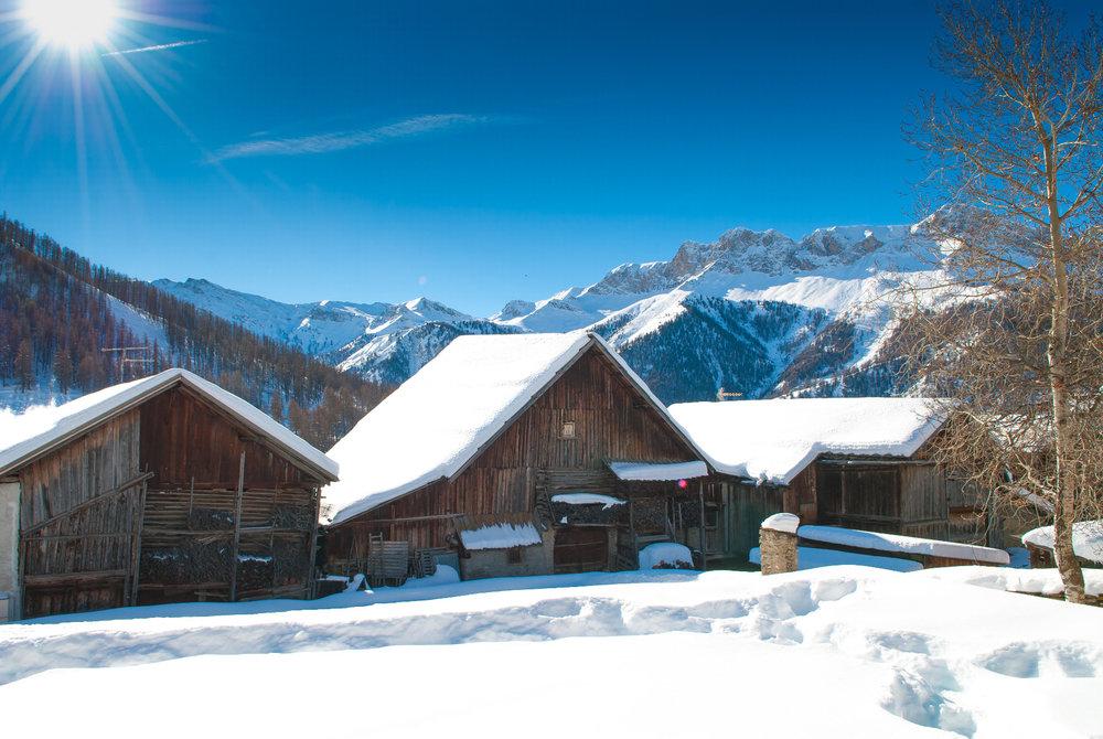 Ambiance hivernale et paysage de carte postale à Molines en Queyras - © Images et Rêves
