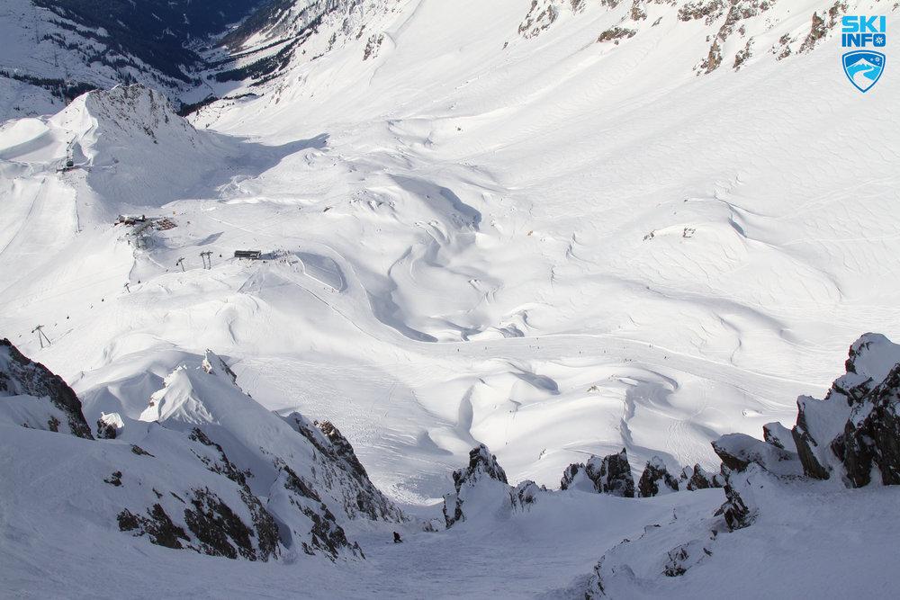 Von der Schindlerspitze wagen sich Freerider durch felsiges Gelände - © Skiinfo