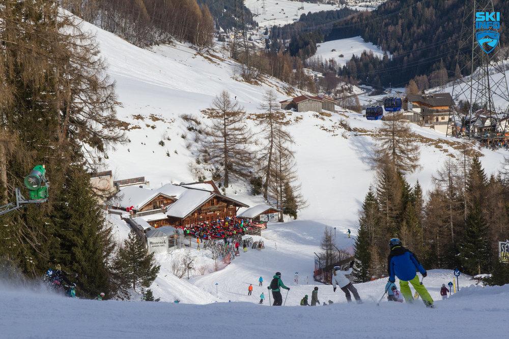 Talabfahrt Nr. 1 nach St. Anton: Hier finden sich zahlreiche Aprés-Ski-Hütten, unter anderem auch (etwas weiter im Tal) der berühmte Mooserwirt. Hier sieht man allerdings das Heustadl! - © Skiinfo