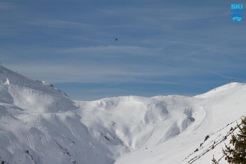 Majestätisch fährt die Vallugabahn über das Skigebiet St. Anton - © Skiinfo