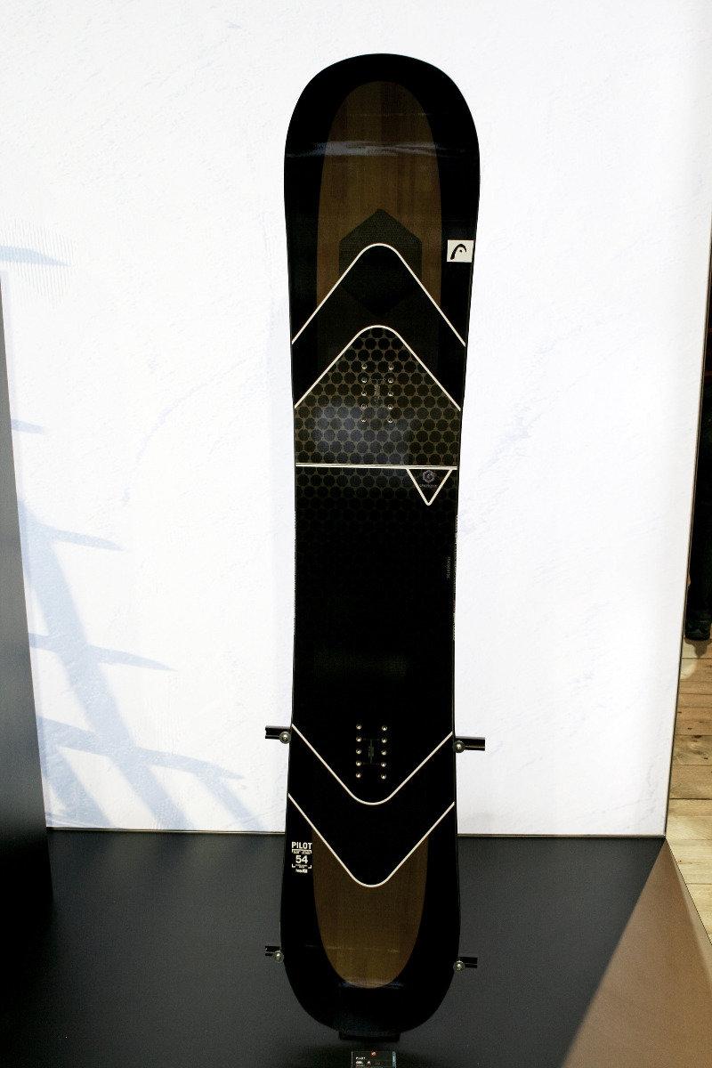 Head Snowboard: Directional Twin Boost Board Architecture s hybridným camberom a voštinovou štruktúrou pod viazaním. Priehľadný dizajn umožňuje pohľad na drevené jadro. - © Stefan Drexl