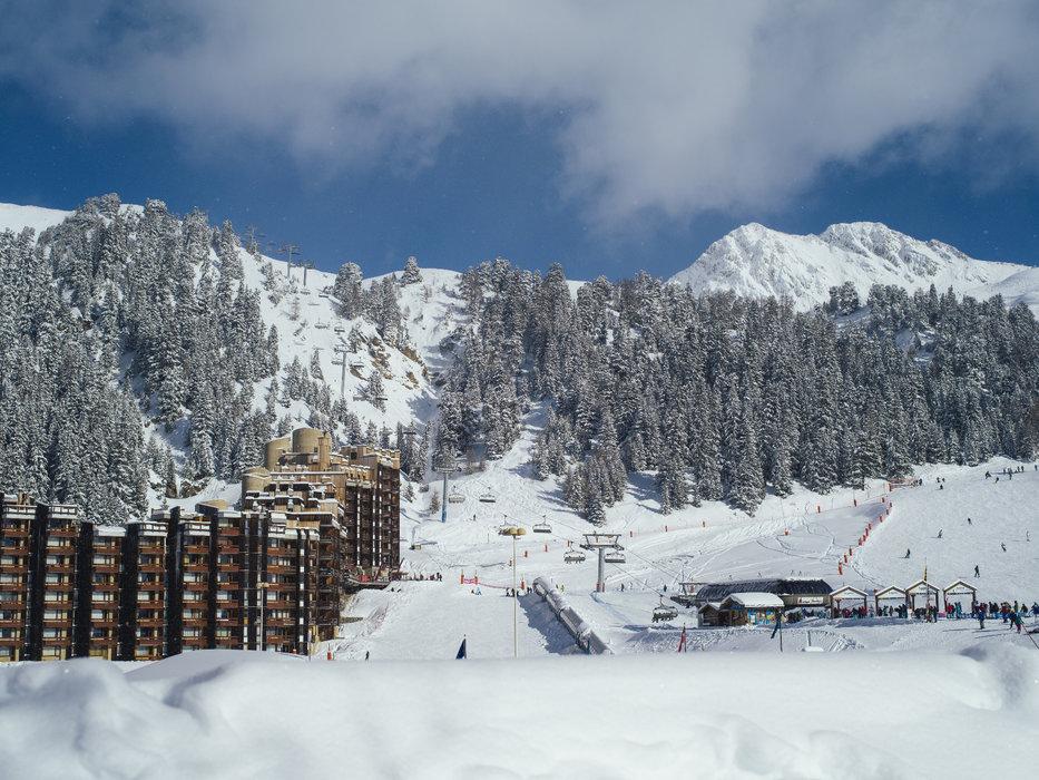 Départ skis aux pieds depuis les hébergements de Plagne Bellecote - © OT de La Plagne / Elina Sirparanta