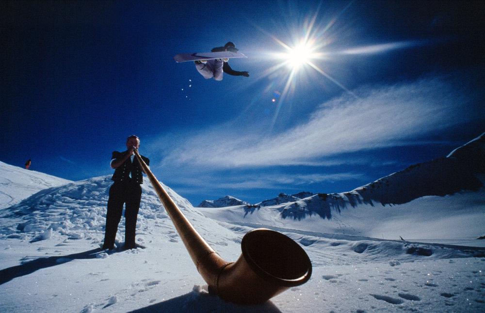 Snowboarder flies over traditional Swiss Alpenhorn in Adelboden - © Adelboden