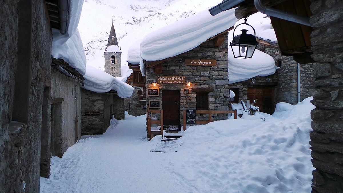 Dans les ruelles de Bonneval sur Arc - © OT Haute Maurienne Vanoise / Joseph Jeanmart