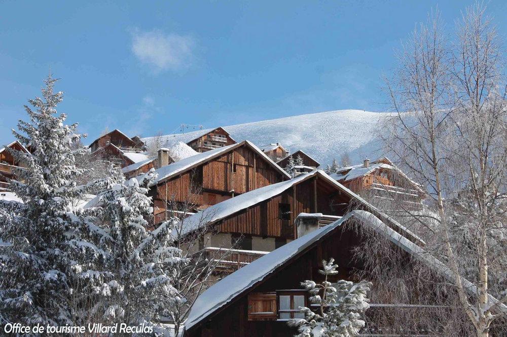 Vue sur les chalets de Villard Reculas à proximité des pistes de ski - © Station de Villard Reculas