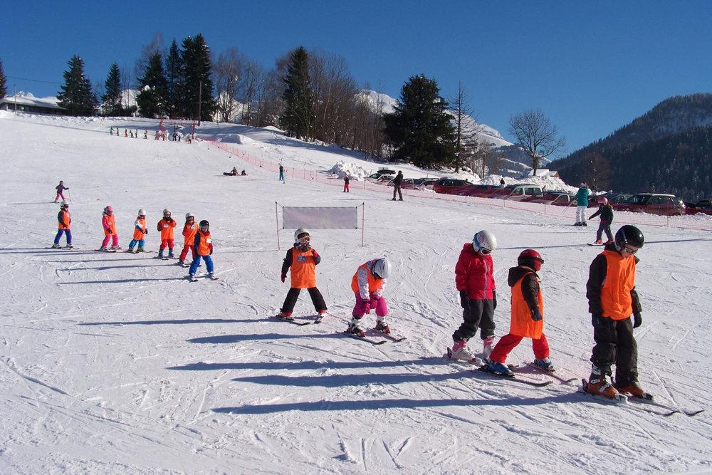Apprentissage du ski sur les pistes de Saint Jean de Sixt - © OT Saint Jean de Sixt