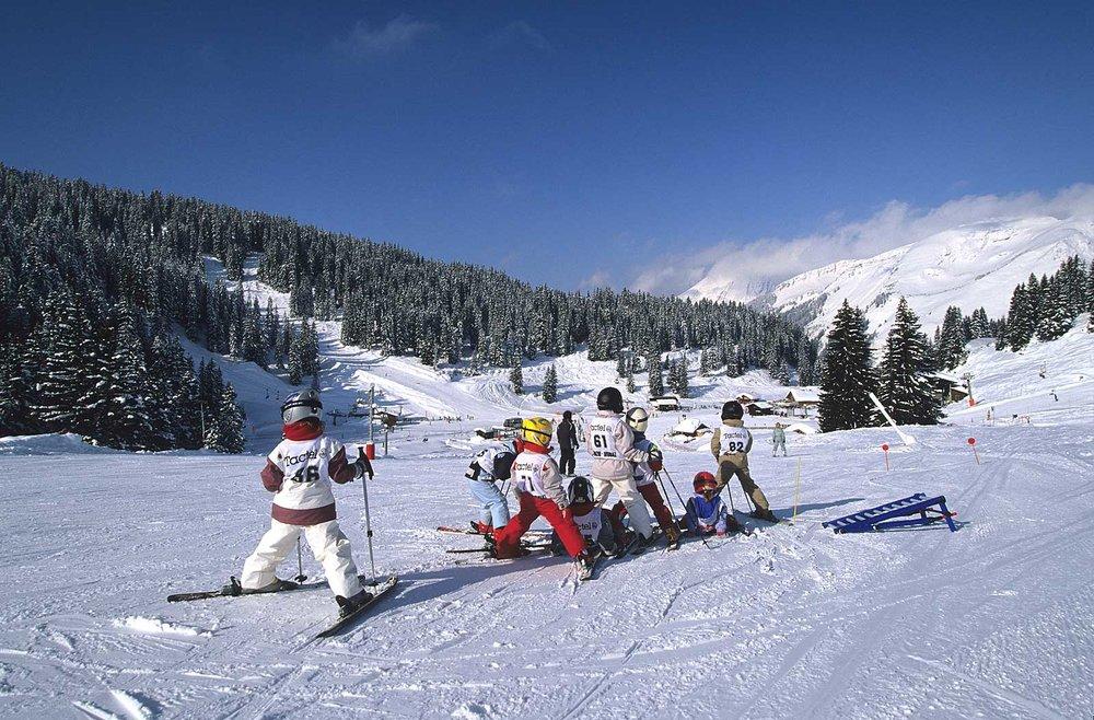 Cours de ski collectif sur les pentes enneigées de Saint Jean d'Aulps - © Office de Tourisme de St Jean d'Aulps