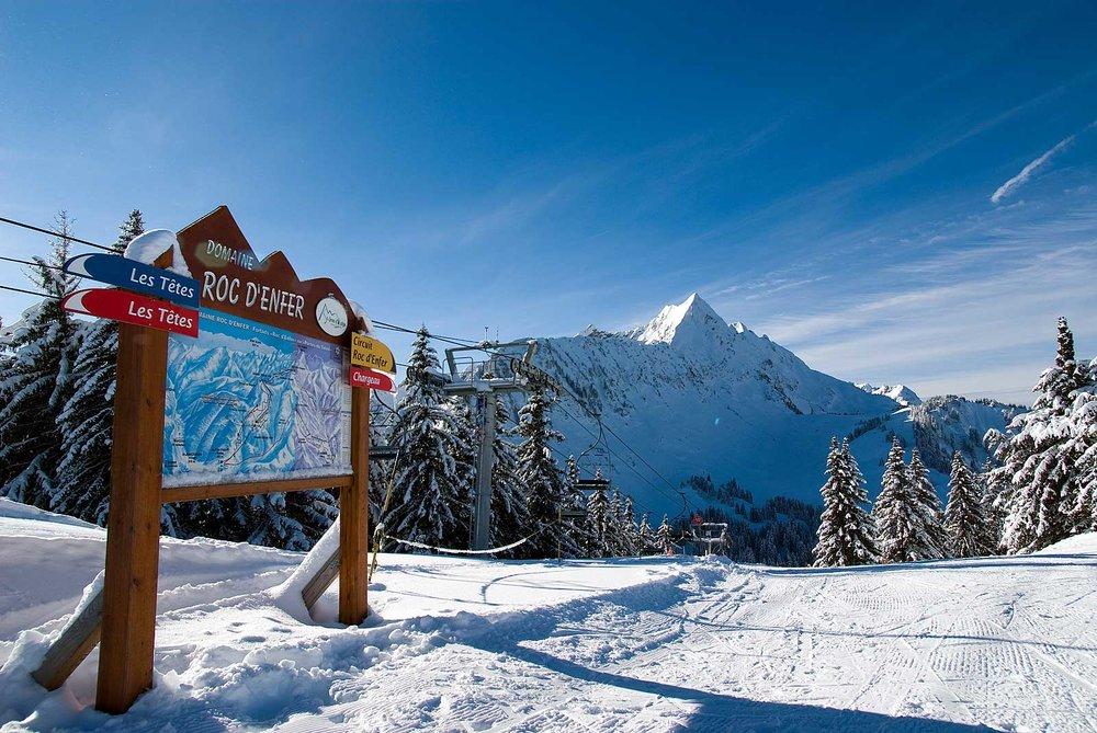 Conditions de ski idéales (neige fraiche et soleil généreux) sur les pistes du domaine du Roc d'Enfer - © Office de Tourisme de St Jean d'Aulps