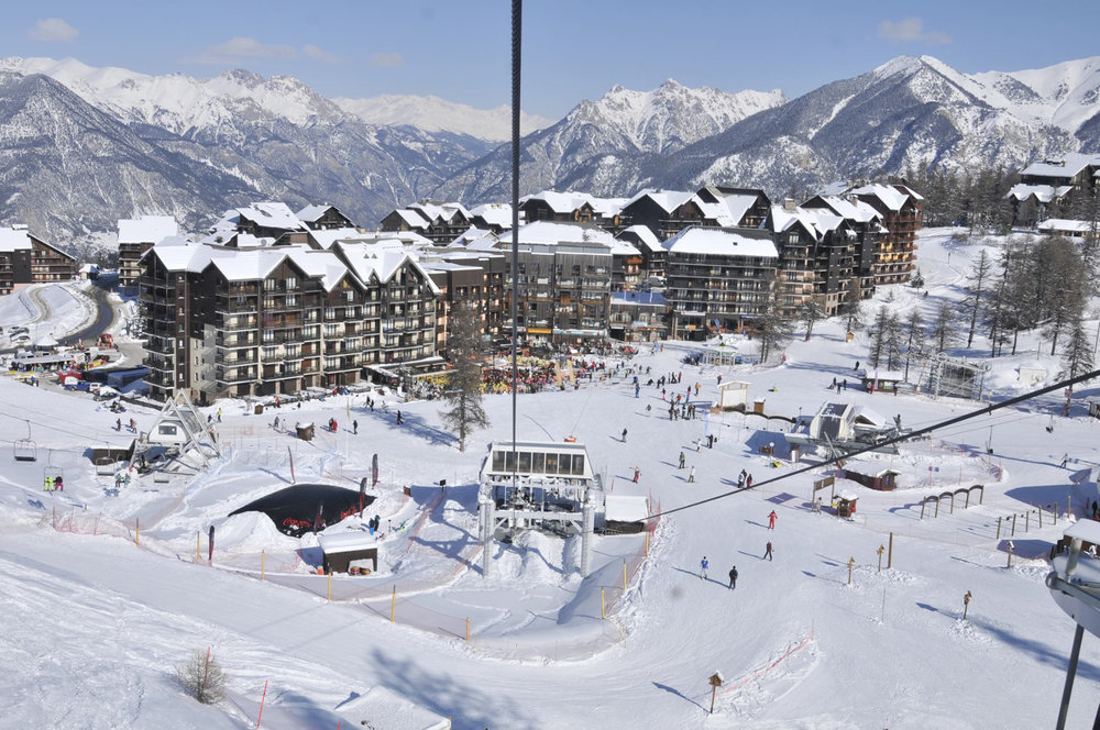Vue sur la station de ski de Risoul, son front de neige et ses résidences - © OT de Risoul