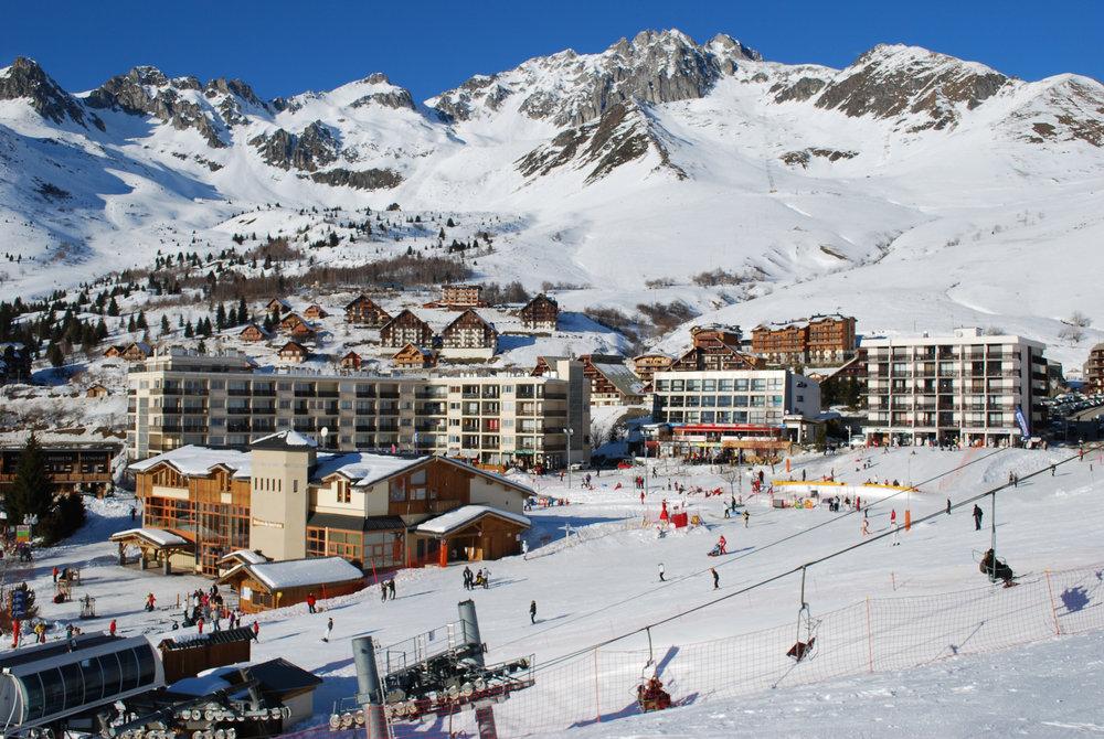 Vue sur la station de ski de St François Longchamp et son front de neige - © Office de Tourisme de St François Longchamp