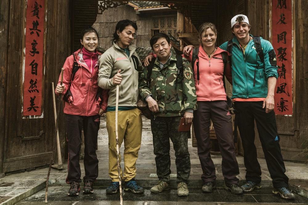 Die vier Kletterer mit einem Local - ©adidas outdoor | Franz Walter