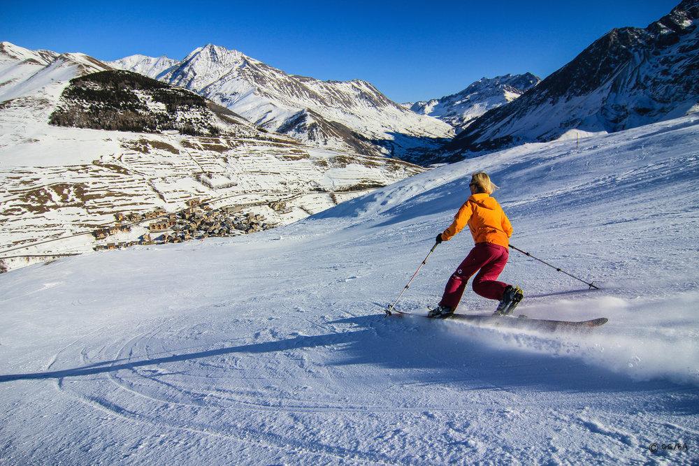 Retour skis aux pieds jusqu'au village de la Grave - © J. Josserand