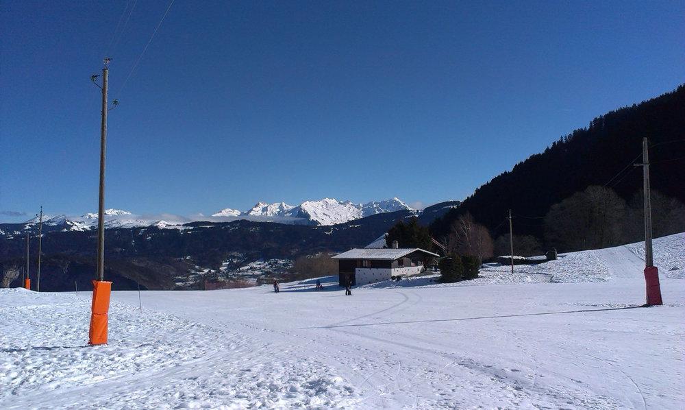 Ski face à un panorama grandiose sur le domaine skiable de Romme - © Office de Tourisme Intercommunal Communauté de communes Cluses Arve & montagnes