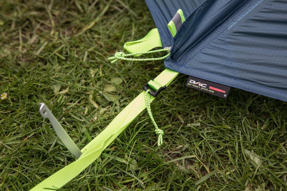 Die Spannriemen und Schnallen beim Zelt von Jack Wolfskin wirken nicht so hochwertig wie bei anderen Zelten im Test - © Bergleben.de