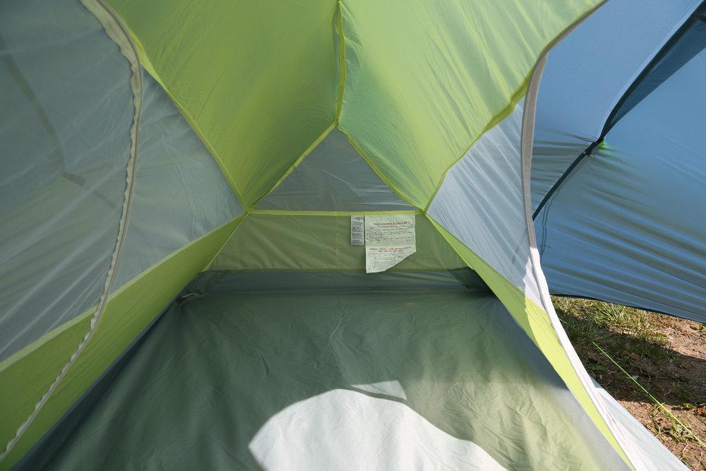 Der Innenraum wir durch den Aufbau leider etwas beschränkt, das Raumgefühl ist kleiner als bei anderen Zelten im Test - © Bergleben.de