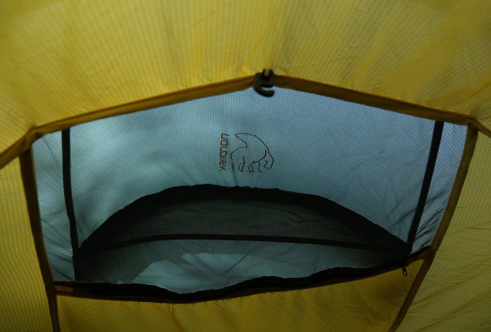 Das Lüftungsfenster am hinteren Zeltbereich hätte unserer Meinung nach etwas ausladener sein können - © Bergleben.de