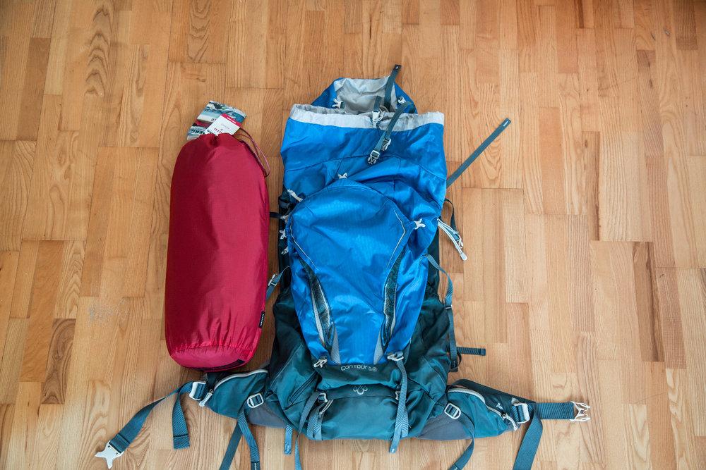 Packmaß des Hilleberg Nallo 2 im Vergleich mit dem (recht kleinen) 60-Liter-Rucksack von Gregory  - © Bergleben.de