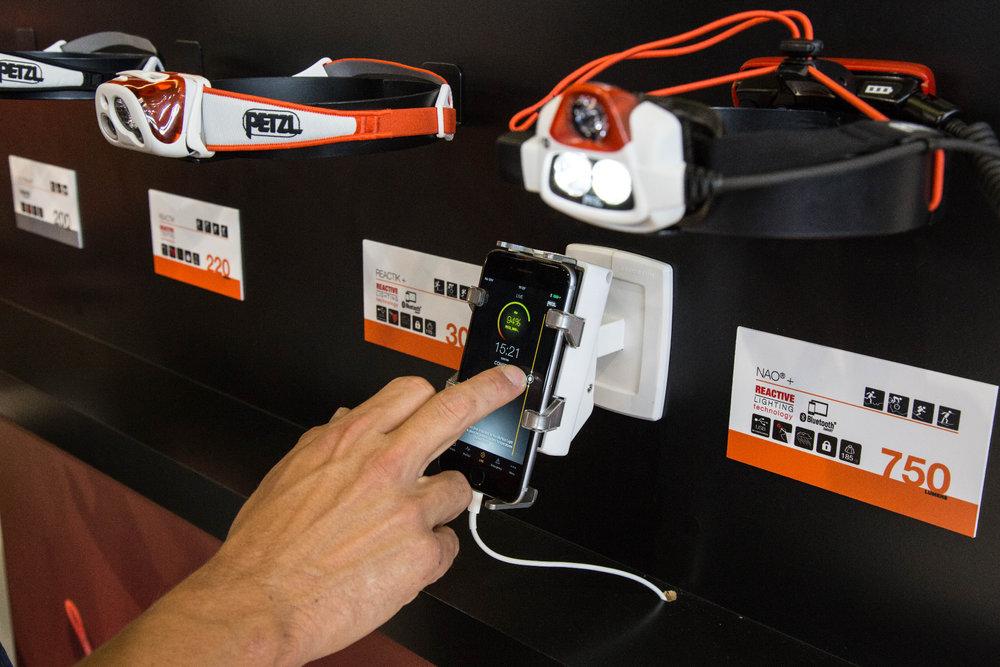 Mit der Petzl App lassen sich manche Stirnlampen steuern - © Bergleben.de