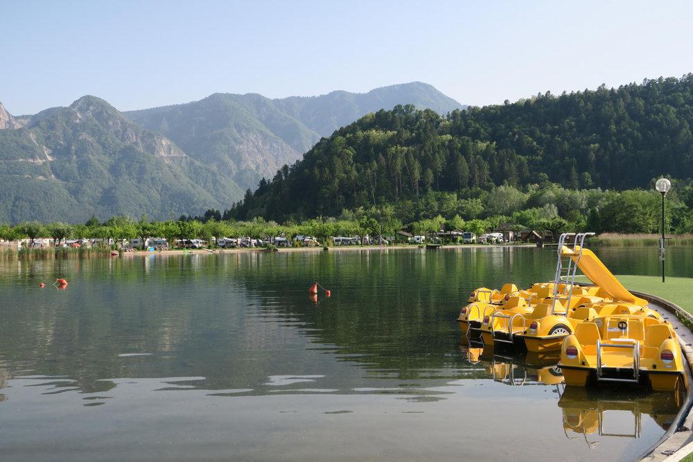 Lago di Levico im Valsugana  östlich von Trento, Strand am  Kurort Levico Terme  - © Armin Herb