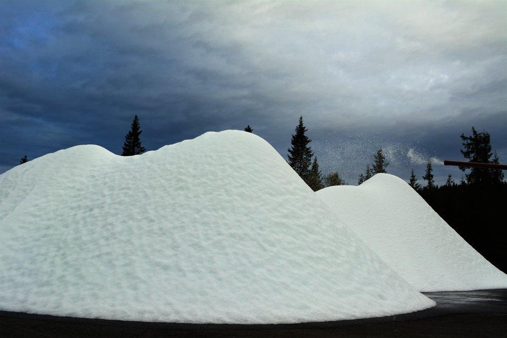 Snøfabrikken startet å produsere snø 31. august og er i drift hele døgnet.  - © Sjusjøen skisenter