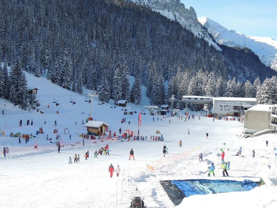 Apprentissage du ski sur l'espace débutants de Flaine - © OT de Flaine