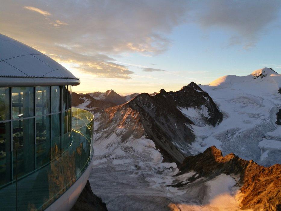 Die Alpen erstrahlen in einem orangenen Licht - © Pitztaler Gletscher