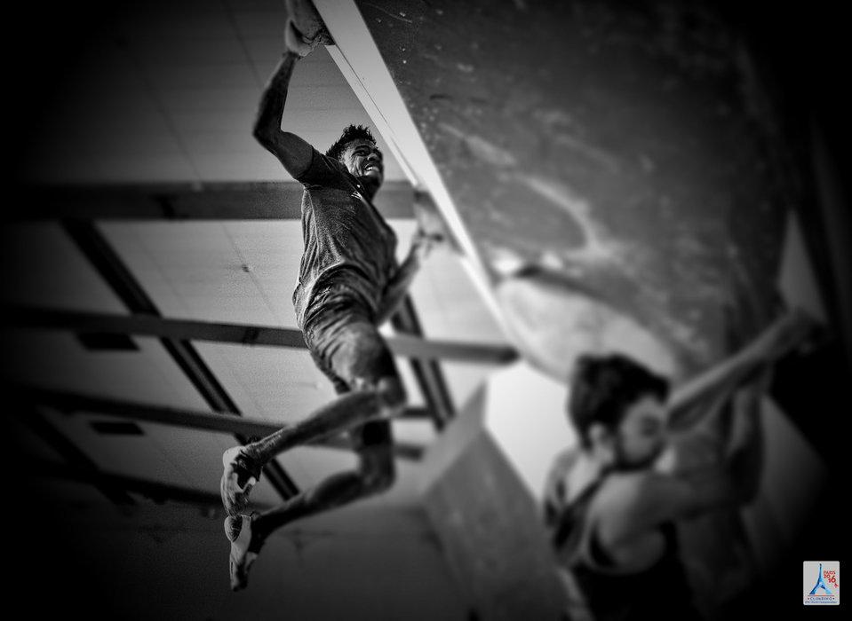 Schwarz-Weiß-Impression aus dem Boulder-Wettbewerb  - © (c) FFME/Agence Kros - Remi Fabregue