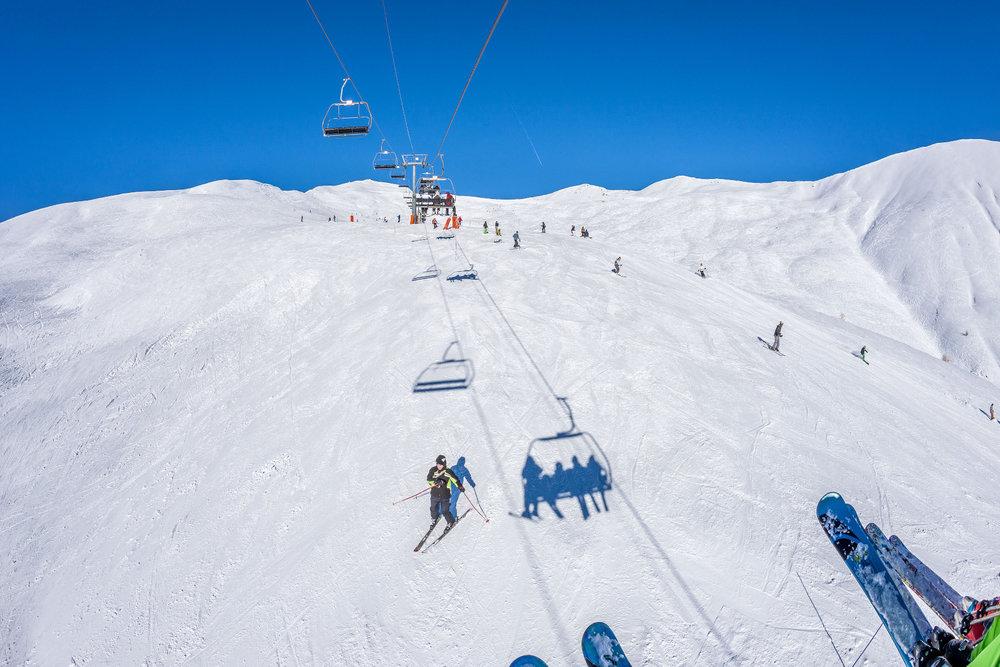 Conditions de ski idéales (neige fraiche et soleil généreux) sur les pistes de Val d'Allos la Foux - © Office de tourisme du Val d'Allos / R. Palomba