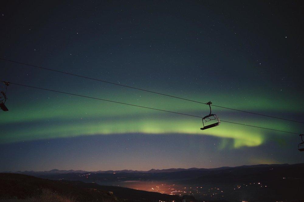 Vakkert nordlys over Kvitfjell. Nå er vinteren snart her. - © Bent Nordølum