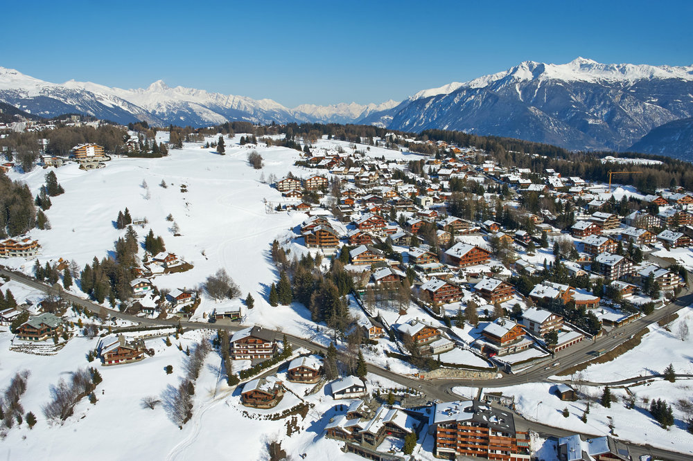 Vue aérienne de la station de ski de Crans Montana - © Crans-Montana Tourisme & Congrès