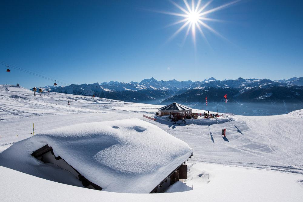 Une petite pause à la terrasse d'un restaurant d'altitude de Crans Montana - © Crans-Montana Tourisme & Congrès / Olivier Maire