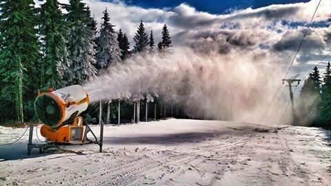 Technické zasněžování může lyžařskou sezónu v případě nedostatku přírodního sněhu výrazně urychlist - © facebook SkiResort Černá hora - Pec