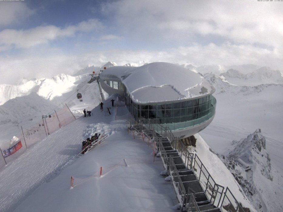 Auch mit Blick auf die Gondelstation wird klar, dass es hier viel geschneit hat - © Pitztaler Gletscher