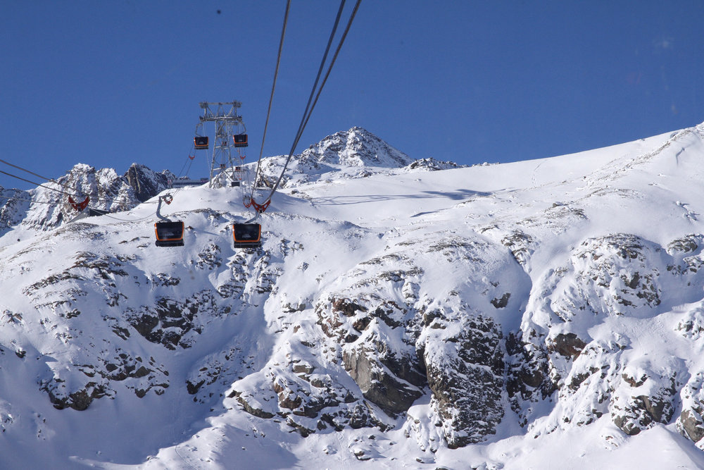 Auf dem Weg zum Eisgrat hat man aus den Gondeln dank Panoramafenstern eine tolle Aussicht - © Skiinfo