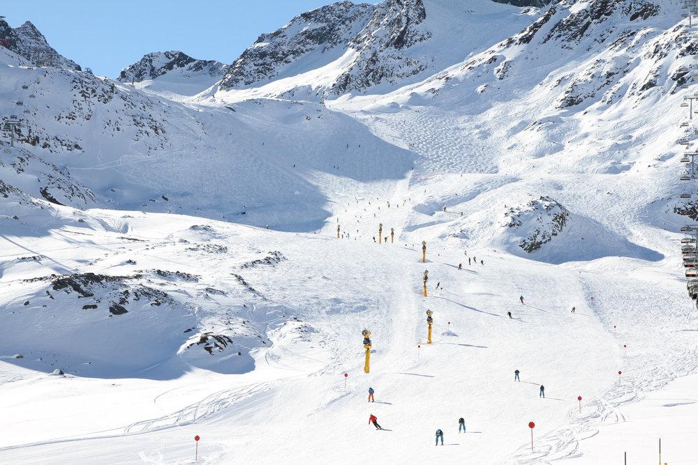 Tolle Fernsicht vom Gamsgarten auf die Pisten des Stubaier Gletschers - © Skiinfo