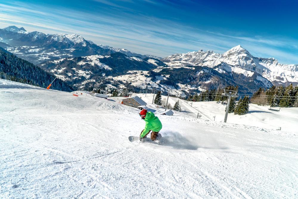 Une belle journée de snowboard sur les pistes de Crest Voland - © Labellemontagne Crest-Voland Cohennoz