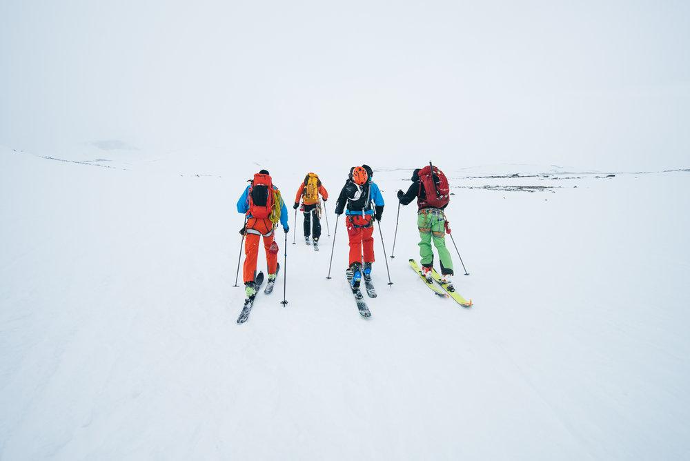 Det er viktig å ha navigeringsutstyr når man kun ser hvitt. - © Tor Berge - Norexplore