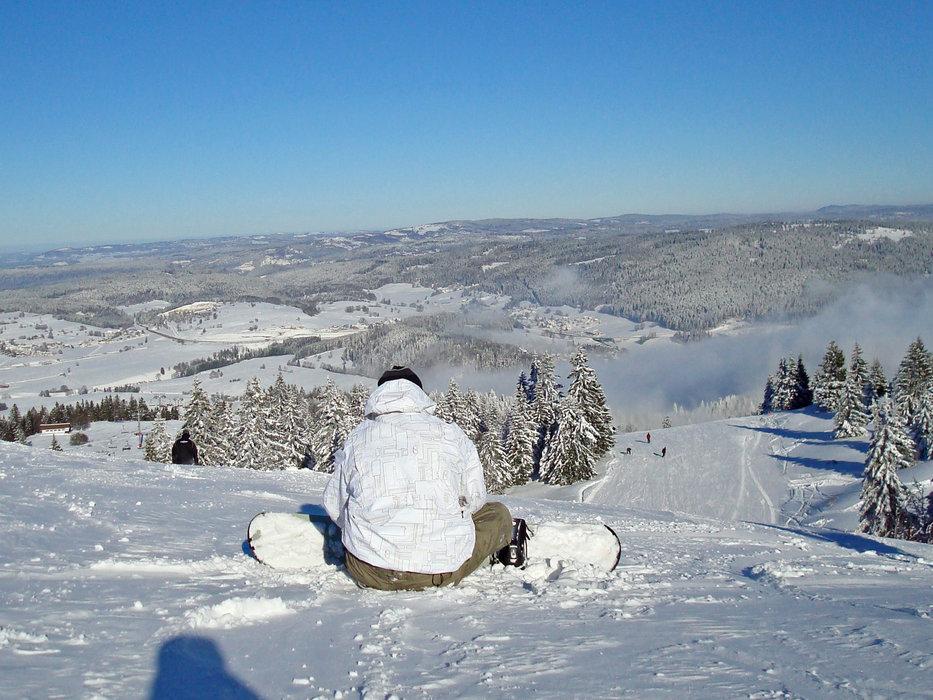 Petite pause entre deux descentes en snowboard sur les pistes de Métabief - © CRT Franche Comté