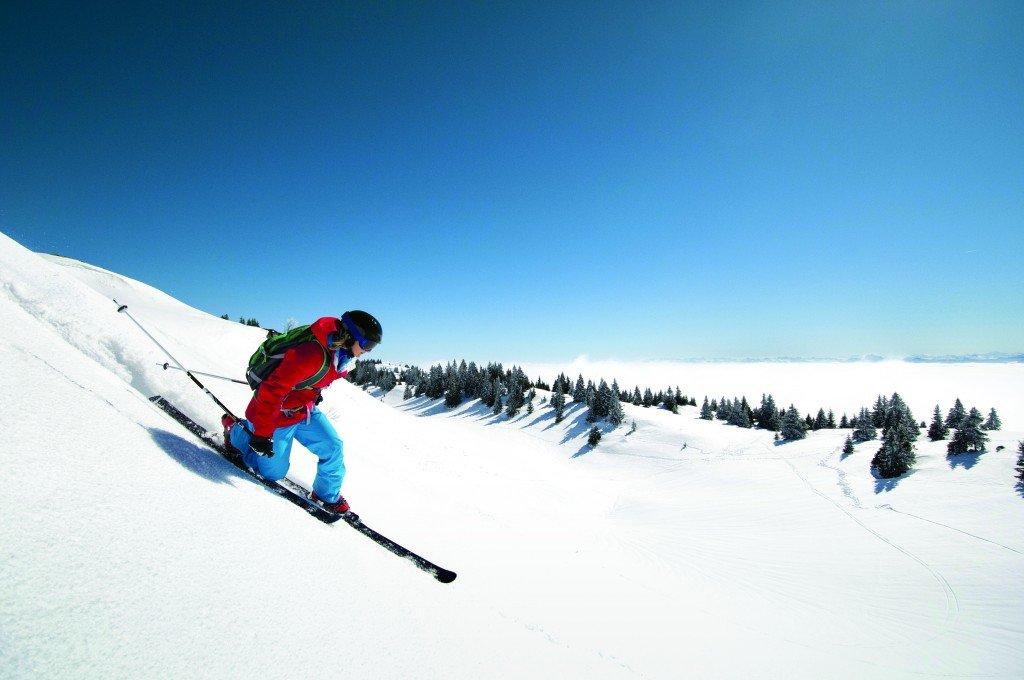 Session de télémark sur les pentes enneigées des Montagnes du Jura - © Montagnes du Jura