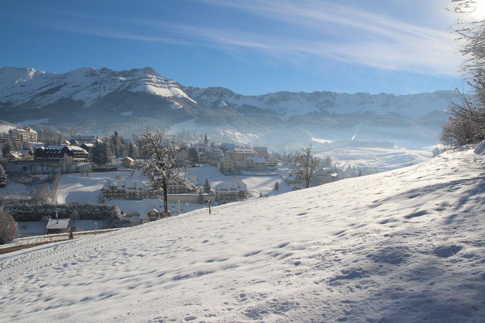 Le village de Villard de Lans et son domaine skiable (sur la droite de la photo) - © Loic Quéméré