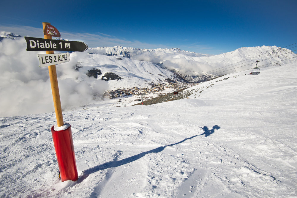 Conditions de ski idéales (neige fraiche et soleil généreux) sur les pistes des 2 Alpes - © OT Les 2 Alpes / Yoan Peisin