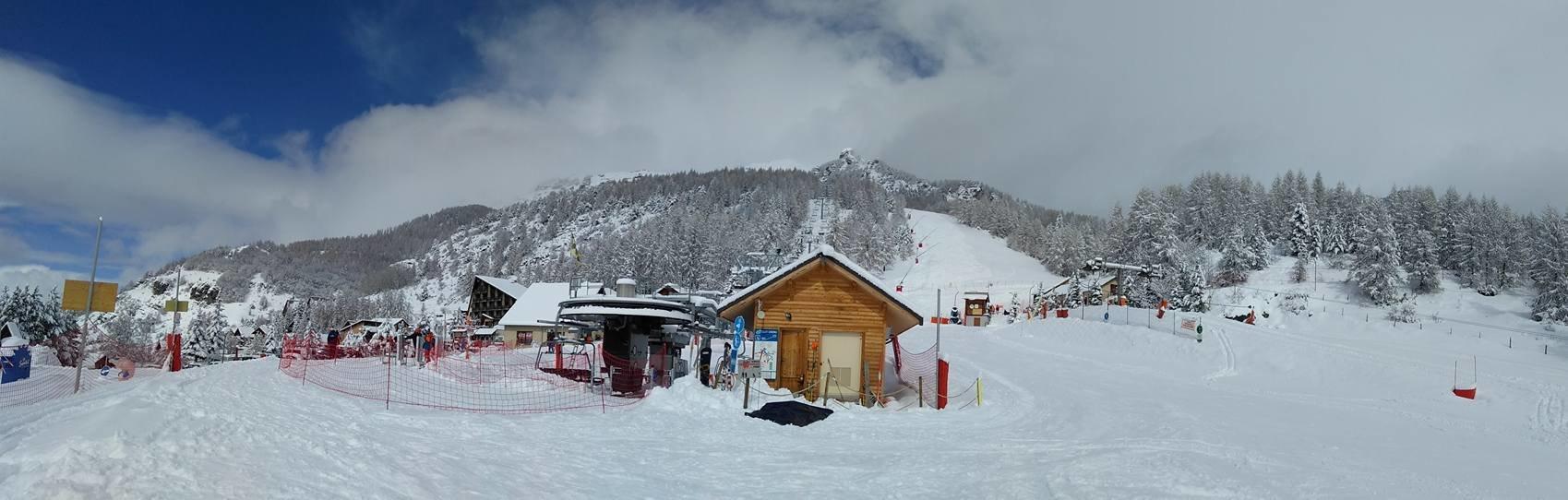 Le front de neige de Chaillol et le départ du télésiège de Clos Chenu - © OT St Michel de Chaillol