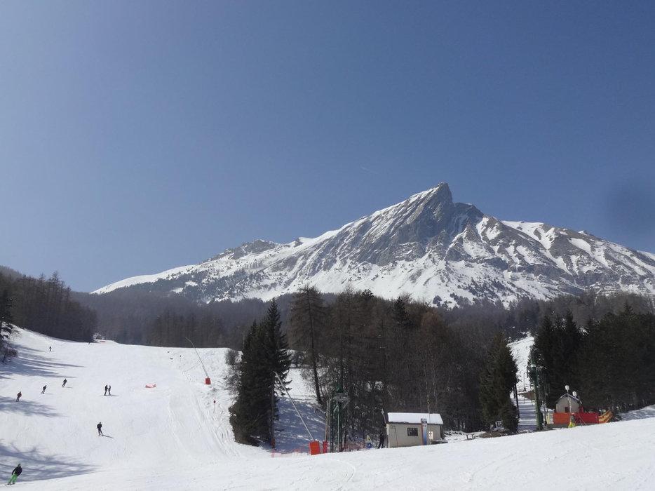 Conditions de ski idéales (neige fraiche et soleil généreux) sur les pistes de Laye en Champsaur - © Maison du Tourisme du Champsaur Valgaudemar